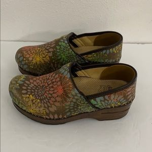 Authentic Dansko canvas print clogs Sz 6